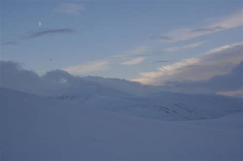 Moon ove Adventdalen - Picture of Svalbard Booking